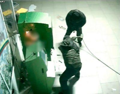 Видео: трое кузбассовцев пытались украсть из банкомата более 4 млн рублей