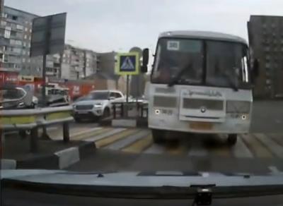 Видео: в Кузбассе наглый маршрутчик едва не врезался в автомобиль ГАИ