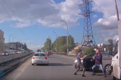Видео жёсткой драки между водителями в Кемерове