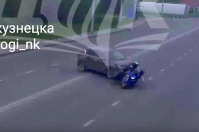 Мотоциклист на полной скорости влетел в легковушку: видео момента ДТП в Новокузнецке