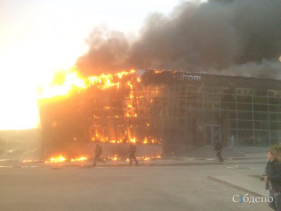 В центре Кемерова перекрыли движение из-за страшного пожара в крупном автосалоне