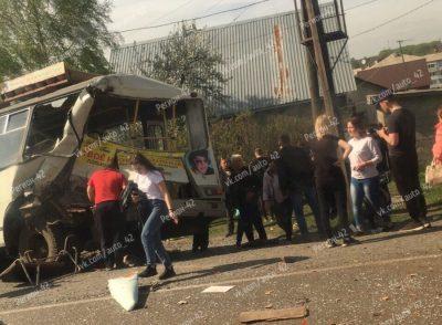 В ДТП с грузовиком и маршруткой в Кемерове пострадали четыре человека