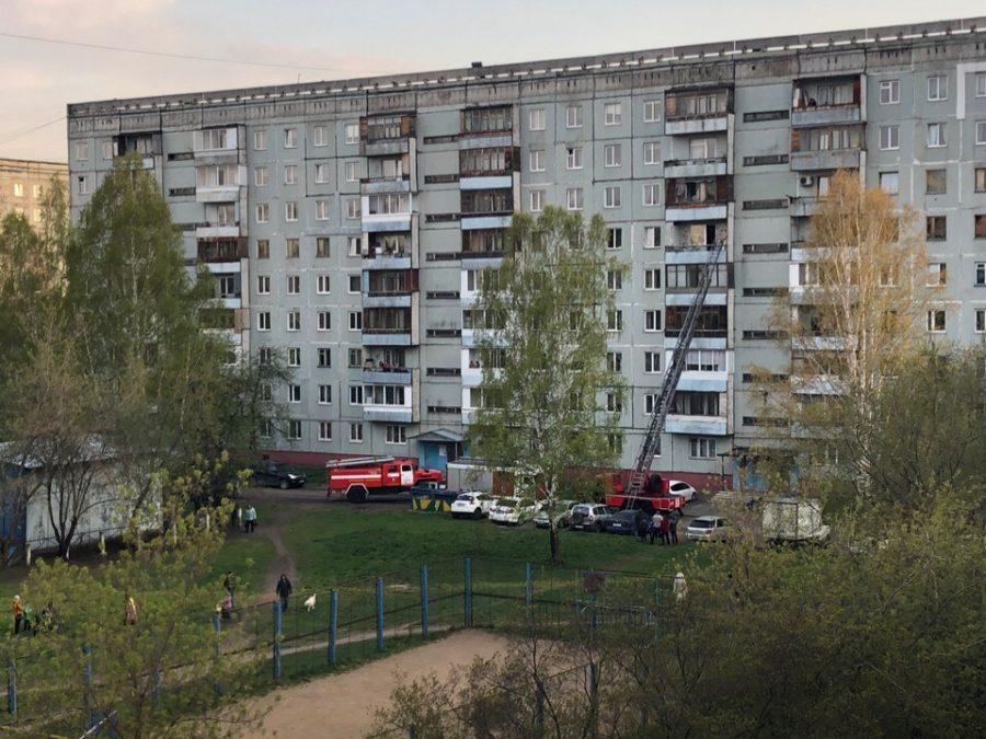 Фото: к кемеровской многоэтажке по тревоге примчались экстренные службы