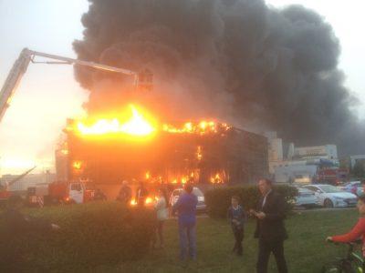 «Есть угроза взрыва»: очевидец о страшном пожаре в кемеровском автосалоне