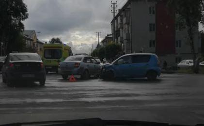 Видео: на перекрёстке в Кузбассе столкнулись два легковых авто