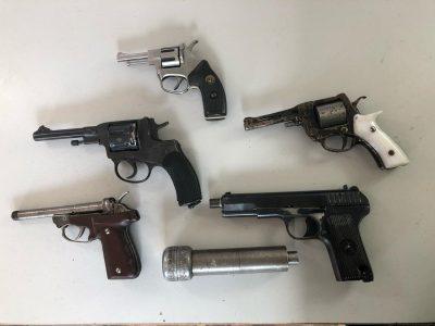 Сотни патронов и пистолеты: в квартире кузбассовца нашли склад оружия