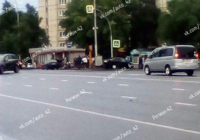 Фото: в Кемерове легковушка вылетела на тротуар и чуть не снесла остановку