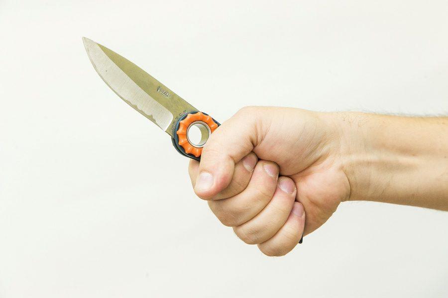 Кузбассовец ворвался в квартиру и напал на семью