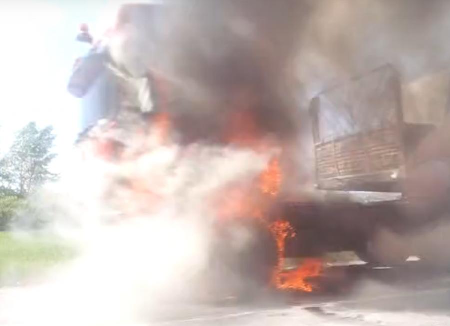 Видео: в Кузбассе на трассе полыхал грузовик