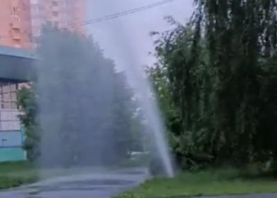 Видео: в Новокузнецке из-под земли хлещет фонтан