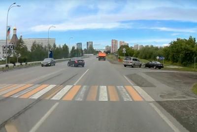 В центре Кемерова гонщик разбил машины: видео момента аварии