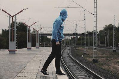 В Кузбассе подростки бегали перед двигающимся поездом