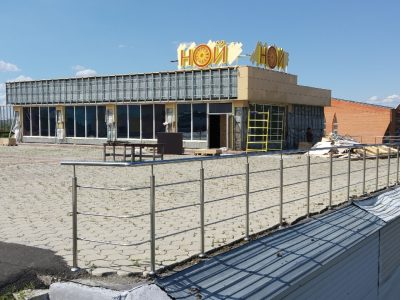 Фото: рядом с крупным кемеровским ТЦ разбирают кафе