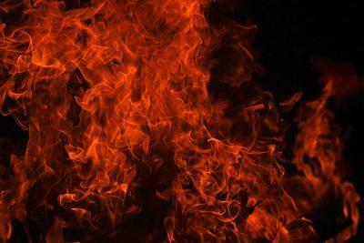 15 спасателей тушили загоревшийся многоквартирный дом в Кузбассе