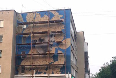 Фото: огромный портрет известной кемеровчанки появился на одном из домов города