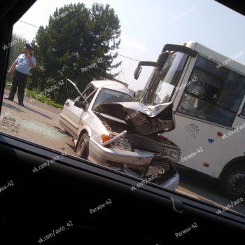 В Кемерове в ДТП с автобусом и легковушками зажало трёх человек
