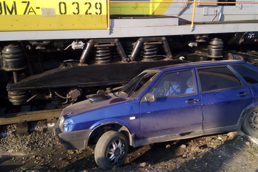 Видео: кузбассовец протаранил поезд на «девятке»