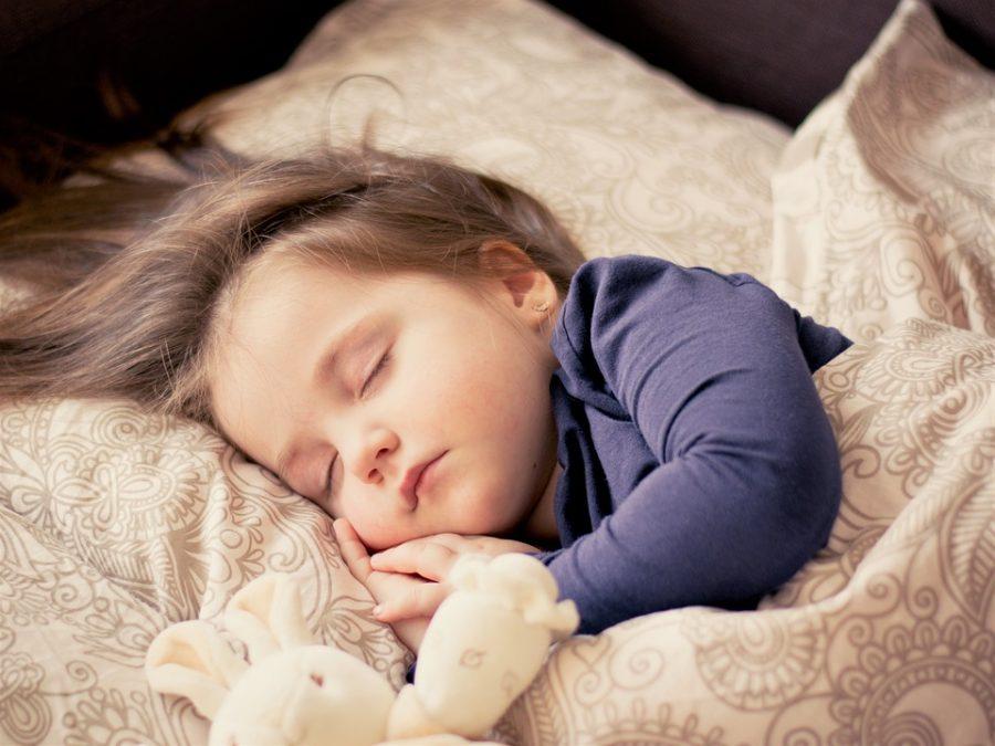В Кузбассе мать на сутки бросила в квартире голодную маленькую девочку