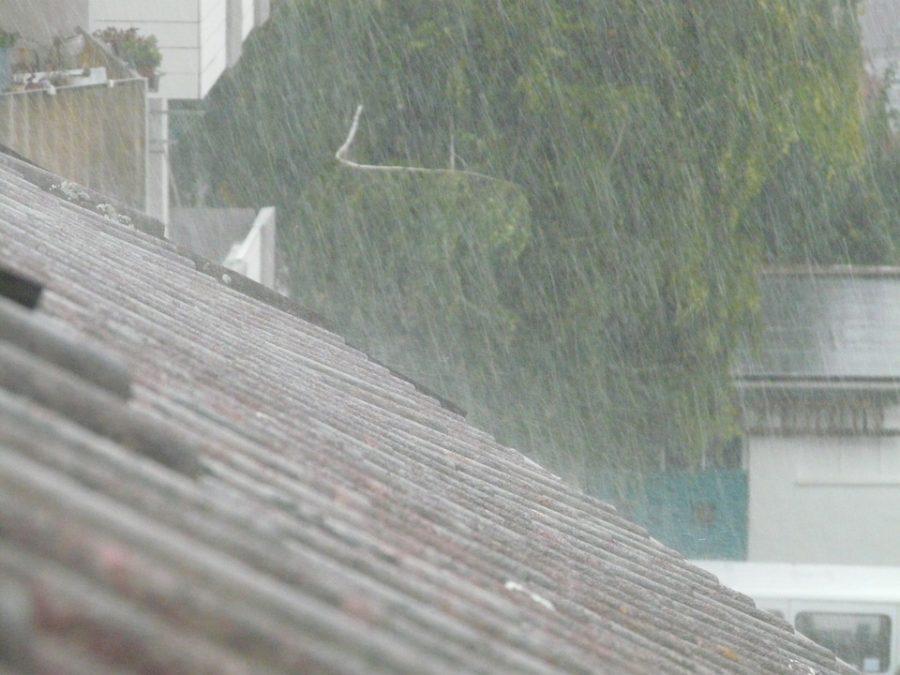 Видео: в Кузбассе ливнем затопило пятиэтажку