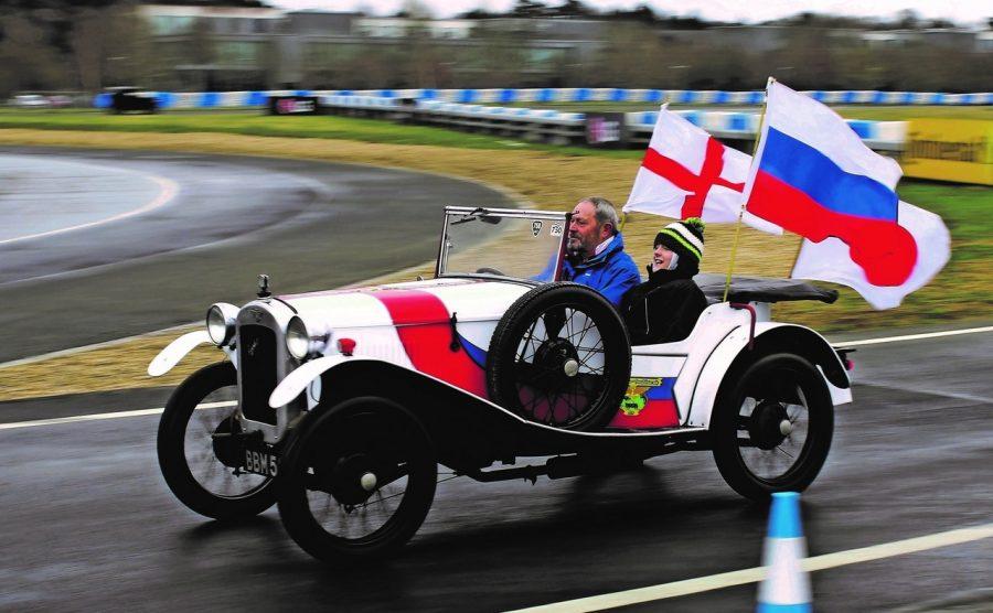 Фото: британец с маленьким сыном приехал в Кемерово на раритетной машине