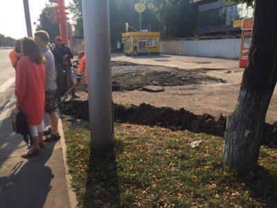 Фото: в Кемерове спецтехника разворошила хороший тротуар и уехала