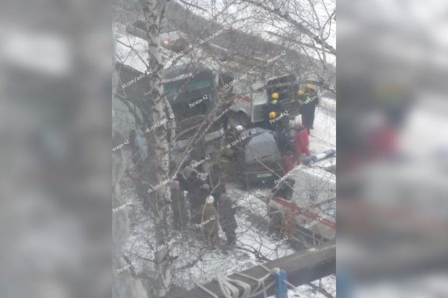 Капот всмятку: в Кемерове ВАЗ врезался в автобус