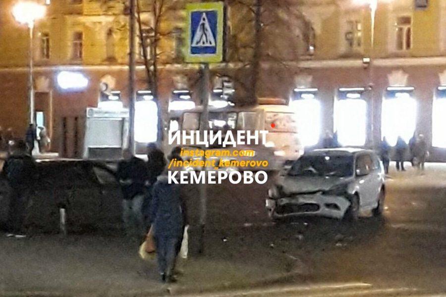 «Фото жесткого ДТП»: в центре Кемерова столкнулись легковушки