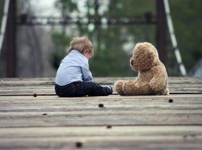 В Кузбассе ребёнка закрыли на балконе пятого этажа