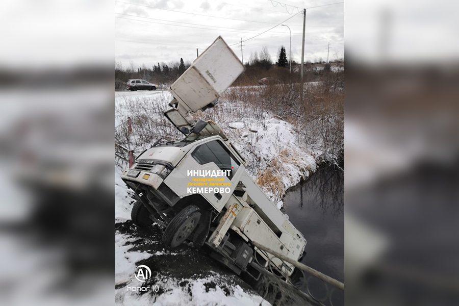 В Кузбассе автовышка слетела с моста в реку