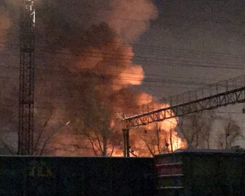Видео: в Кемерове сгорел склад стройматериалов