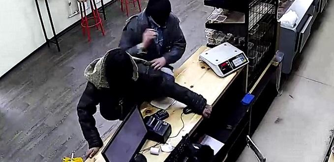 Видео: в Кузбассе налётчики в чулках жены вломились в магазин