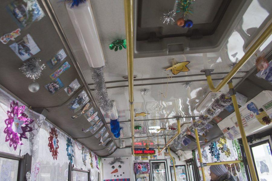 Кемеровский электротранспорт заряжает пассажиров новогодним настроением