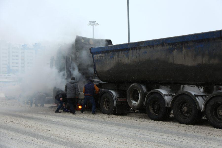В Кемерове грузовик загорелся посреди дороги