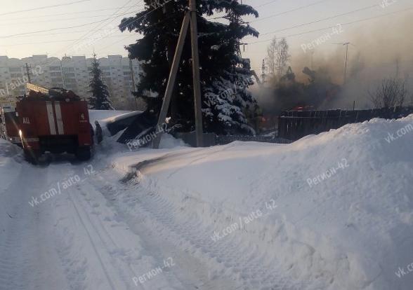 «Мощный взрыв был»: очевидцы сняли на видео пожар в Рудничном районе Кемерова
