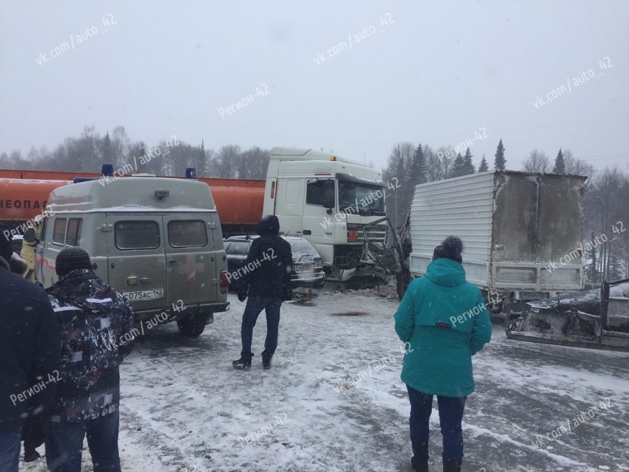Бензовоз заблокировал дорогу: тройное ДТП на кузбасской трассе