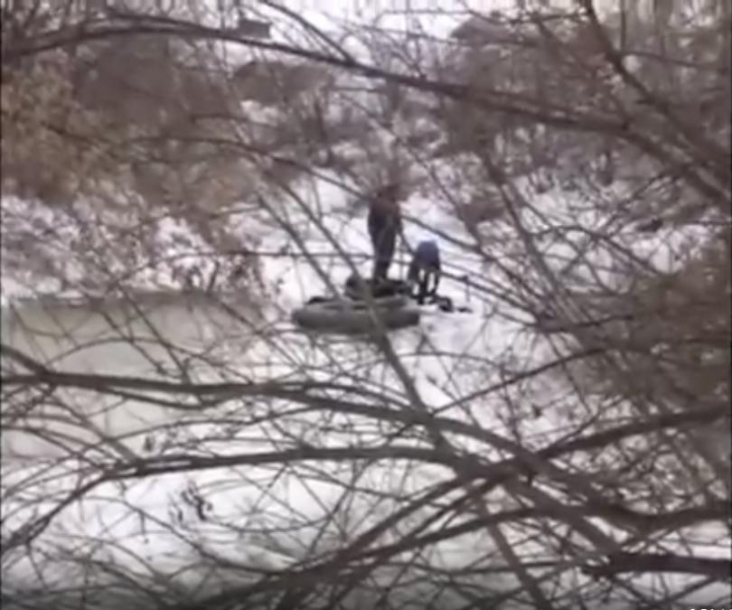 Видео: в Кузбассе из реки выловили труп мужчины