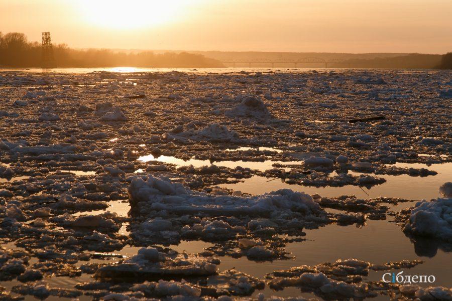 В Кузбассе во время самоизоляции подростки катались на льдине