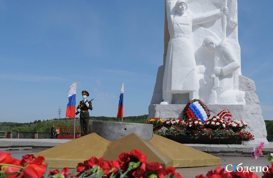 Помним и гордимся: как воздавали почести у вечного огня в Кемерово