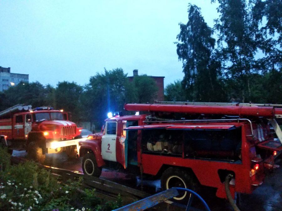 В Новокузнецке загорелся дом по улице Ленина