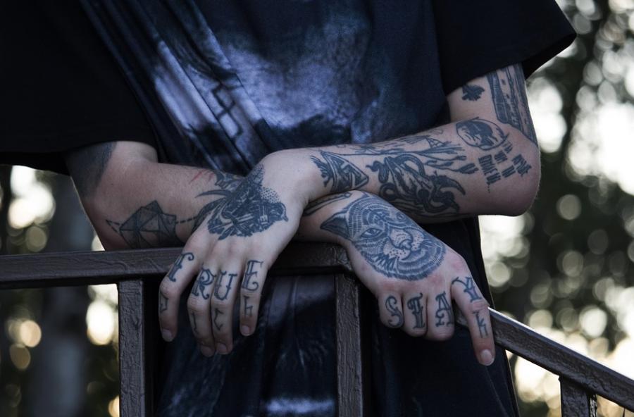 В Кузбассе заключённых оштрафовали за набитые по молодости тату со свастикой