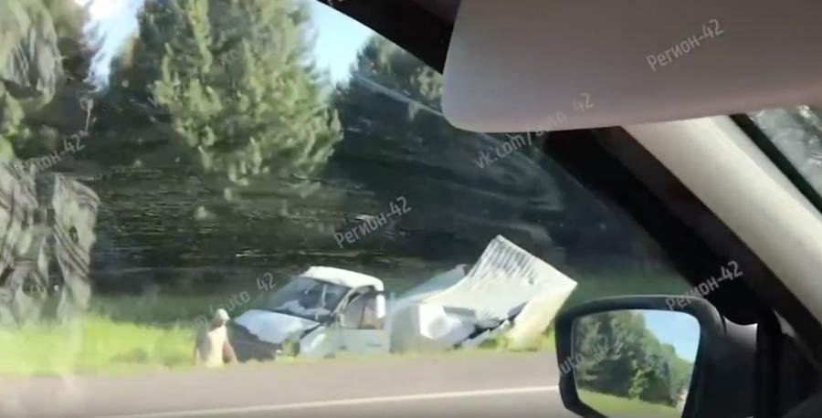 Видео: в Кузбассе грузовик слетел с трассы, есть пострадавшие