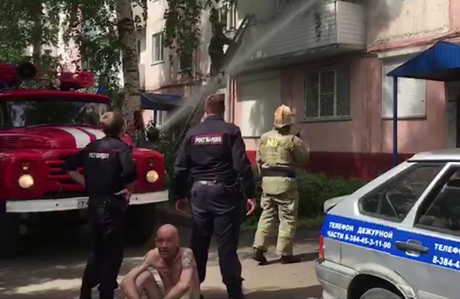 В Кузбассе Росгвардейцы вынесли мужчину из горящей квартиры