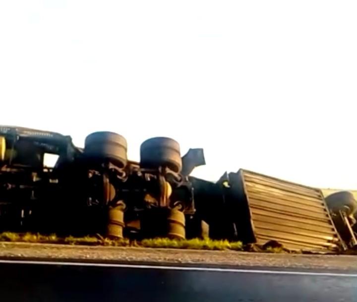 На Кузбасской трассе перевернулся грузовик