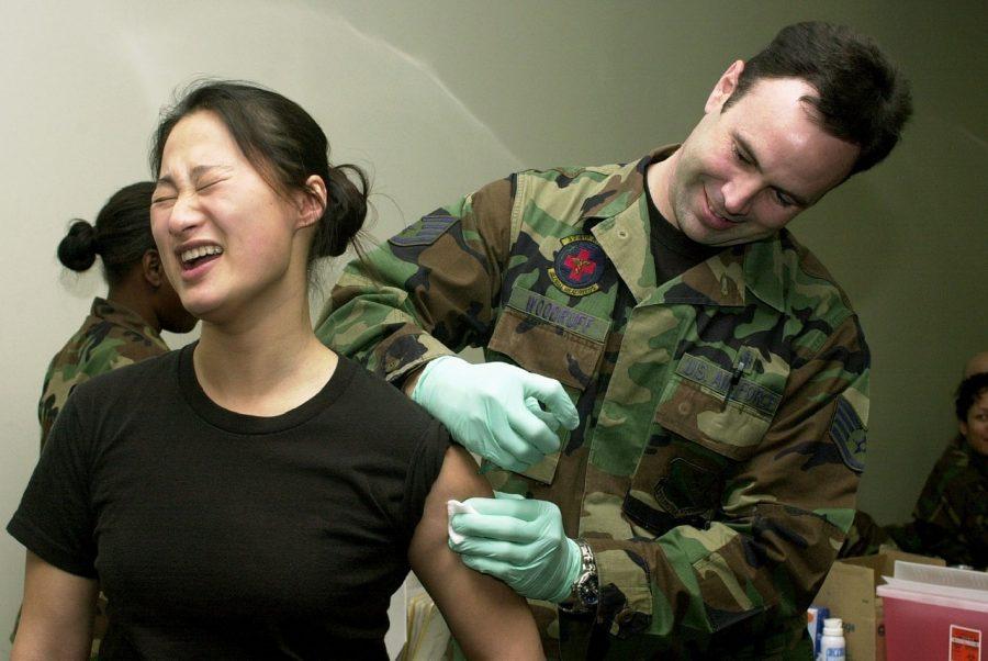 Диарея, озноб и боль: читаем инструкцию к вакцине от COVID-19