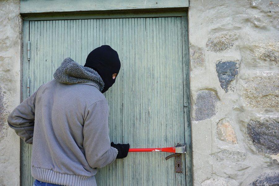 Фото: в Новокузнецке смышлёный рецидивист вскрыл магазин канцелярским ножом