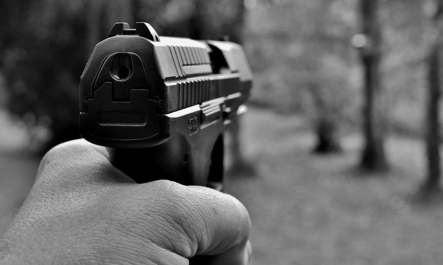 Кузбассовец держал под прицелом пистолета жителей целого дома